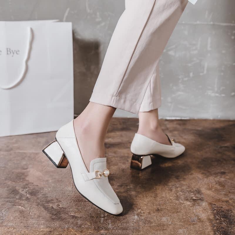 【預購】設計款.輕奢質感珍珠飾扣中跟樂福鞋~2色(34~40)