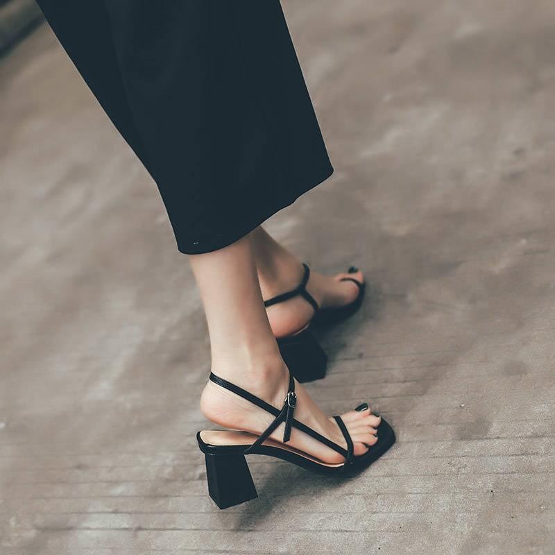 【預購】俐落女子.百搭款一字帶粗跟高跟鞋~3色