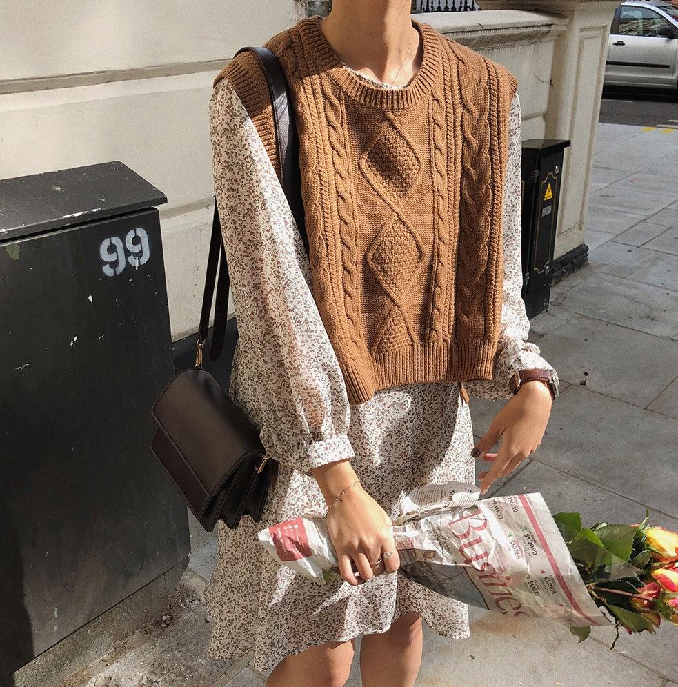 【預購】歐膩的衣櫃.設計款 側綁帶 麻花紋短版針織背心~2色