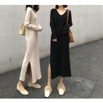 【現貨】One piece系列.溫柔系女子的直壓紋針織長洋裝(杏色-V領開衩款)