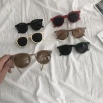 【預購】度假必備款!俏皮風膠框墨鏡~6色 (附贈眼鏡盒+拭鏡布)